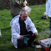 Bjarne underviser i optænding af røgpuster