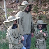 Mon far får lært hvordan man passer bier?